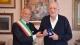 Il vice sindaco Balleari consegna il Grifo ad Alberto Biondi