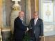 Stretta di mano tra il vicesindaco Bernini e l'ambasciatore vietnamita