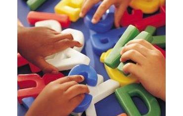 mani di bambini che giocano