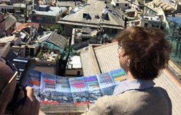"""Carla Sibilla sul Miradore di Palazzo Rosso con il depliant """"Genova in uno sguar"""