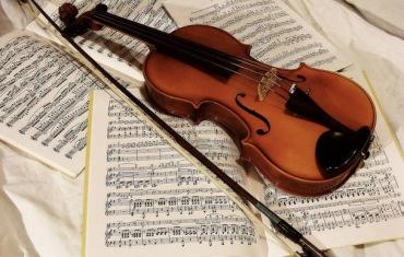 un violino sopra degli spartiti