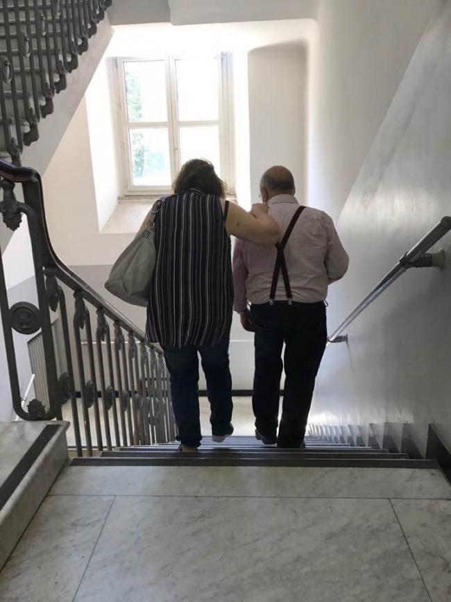 Due persone che scendono le scale in corso Torino 11