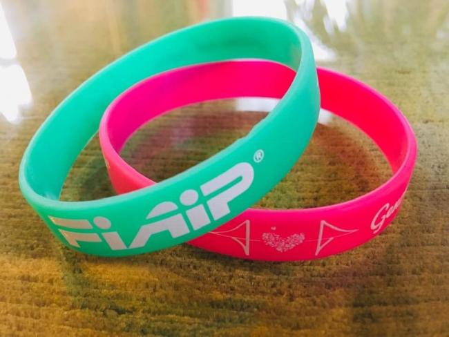 due braccialetti con i loghi