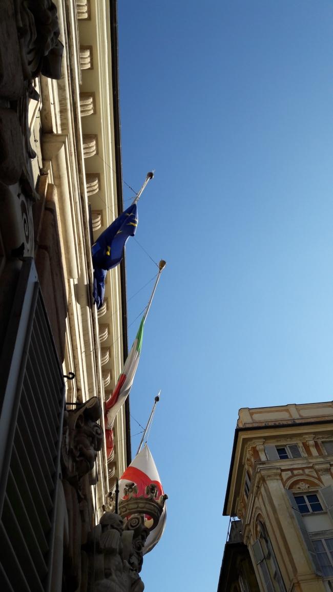 bandiere a mezz'asta sul portone di palazzo tursi