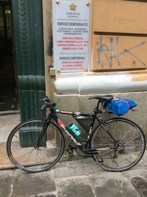 portone corso torino con bicicletta