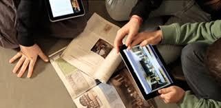 ragazzi con libri e tablet