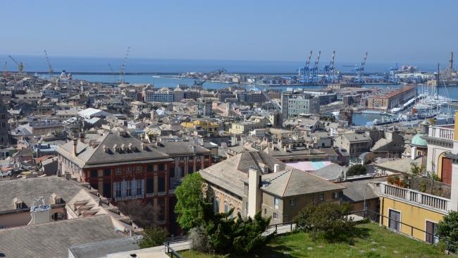 panorama della città con Palazzo Rosso