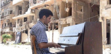 Aeham Ahmad mentre suona il pianoforte a Damasco