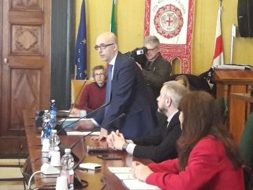 l'assessore all'ambiente Matteo Campora parla nella sala del consiglio della cit