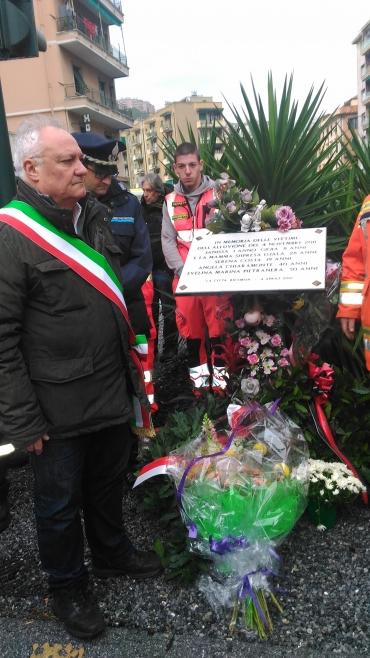 Gianni Crivello davanti alla targa in memoria delle vittime dell'alluvione del 2