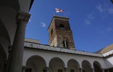 la torre Grimaldina con la bandiera di Genova