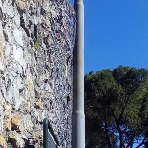 visione laterale muro con rete metallica