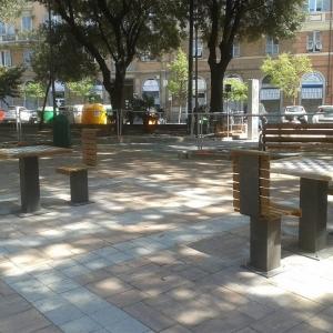 posa e montaggio tavoli gioco scacchi e dama lato sud della piazza aprile 2017