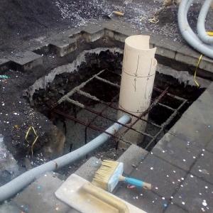 plinto in cemento armato con innesto tubo per fissaggio palo sostegno pannello