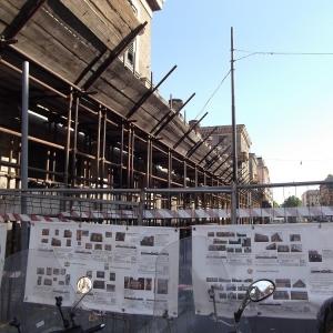 Vista laterale facciata con cartelli cantiere lavori e ponteggi